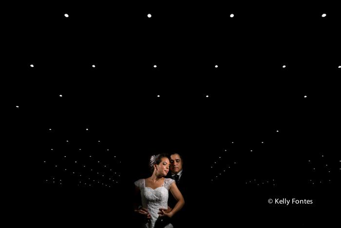 Foto Casamento RJ noivos recem casados fundo preto luzes no teto fotografia arte artistica por kelly fontes