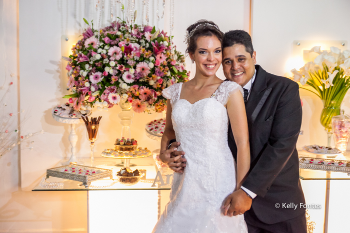fotos casamento rj mesa do bolo fotografia dos noivos na festa com flores e doces por kelly fontes foto posada capa de revista