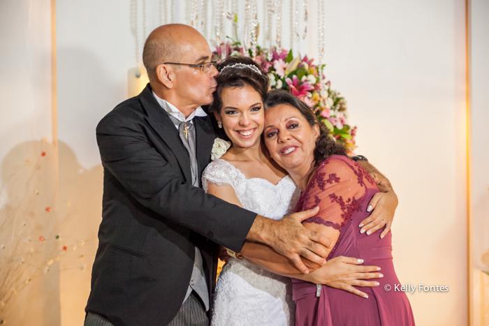 fotos casamento rj beijo de sandiuiche carinho dos pais na noiva por kelly fontes