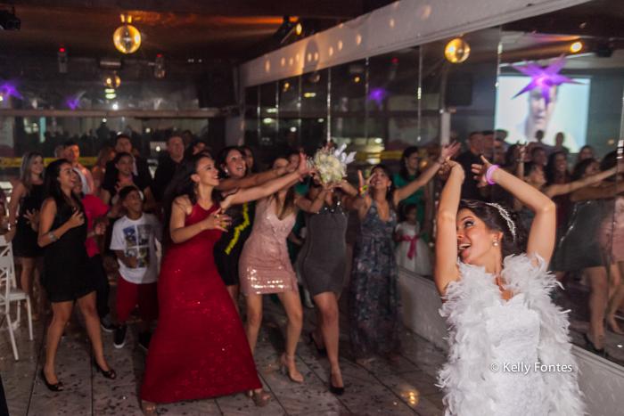 fotos casamento rj noiva jogando o buque por kelly fontes joga o boquet pras amigas solteiras