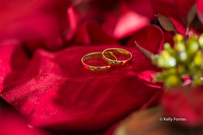 Foto casamento RJ alianças dos noivos aliança na flor vermelha making of da noiva por kelly fontes fotografia