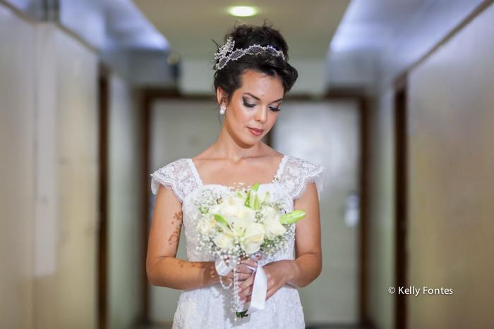 Foto casamento RJ making of da noiva pronta com buque branco por kelly fontes fotografia