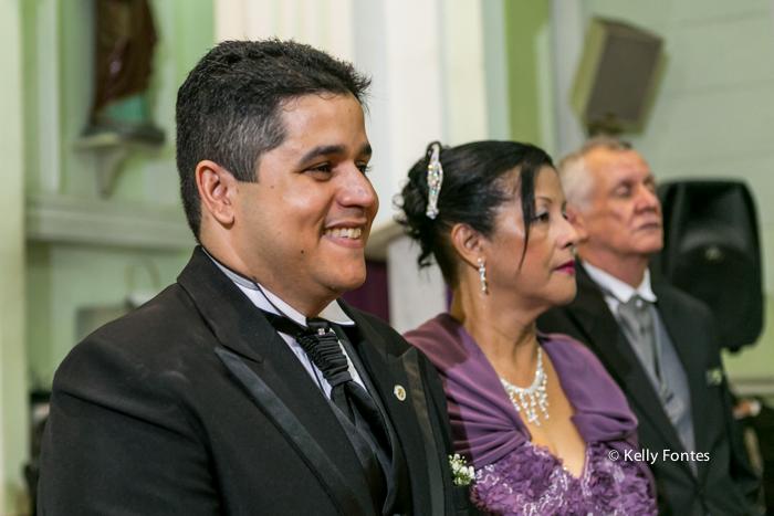 Foto casamento rj noivo no altar com os pais emocionado com a entrada da noiva e do pai por kelly fontes fotografia