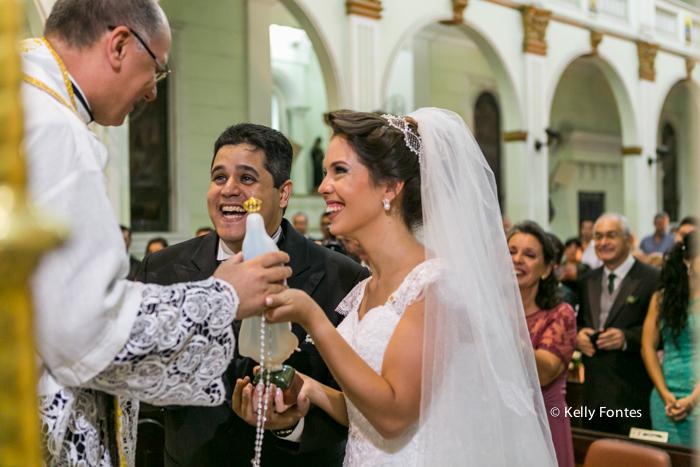 Foto casamento rj noiva e noivo no altar Igreja nossa senhora homenagem do Padre por kelly fontes fotografia