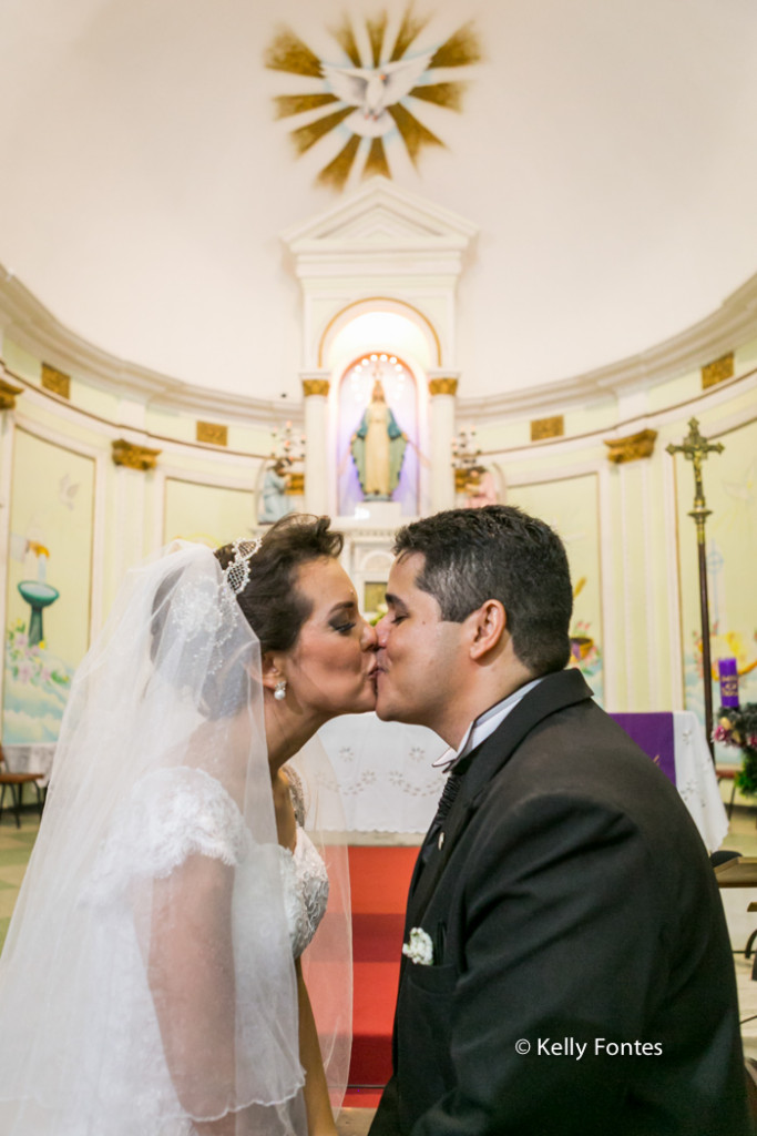 Fotos casamento RJ beijo dos noivos recem casados no altar da Igreja
