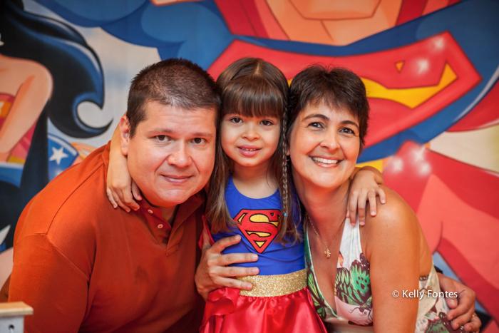 fotos festa infantil rj - bolo mulher maravilha super heróisa pai e mãe com a menina Luisa família