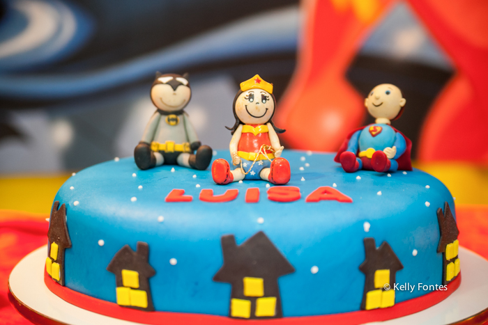 fotos festa infantil rj - bolo mulher maravilha super heróis menina Luisa
