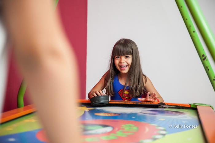 fotos festa infantil rj - bolo mulher maravilha super heróis menina Luisa sorrindo e se divertindo no brinquedo Balangandã Casa de Festas