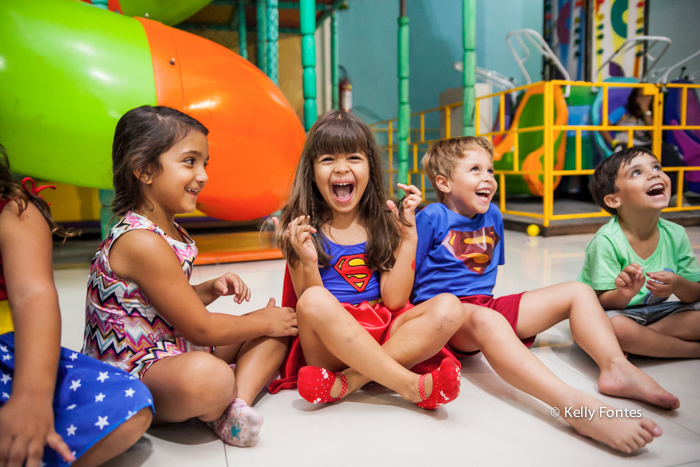 fotos festa infantil rj - bolo mulher maravilha super heróis menina Luisa sorrindo e amigas gargalhada