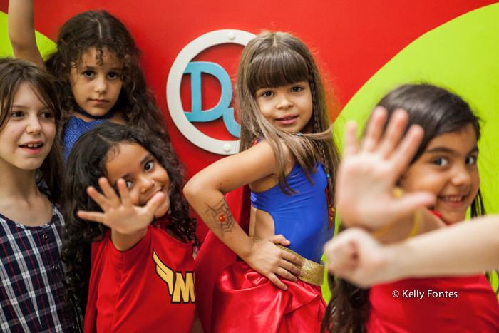 fotos festa infantil rj - bolo mulher maravilha super heróis menina Luisa e amigas
