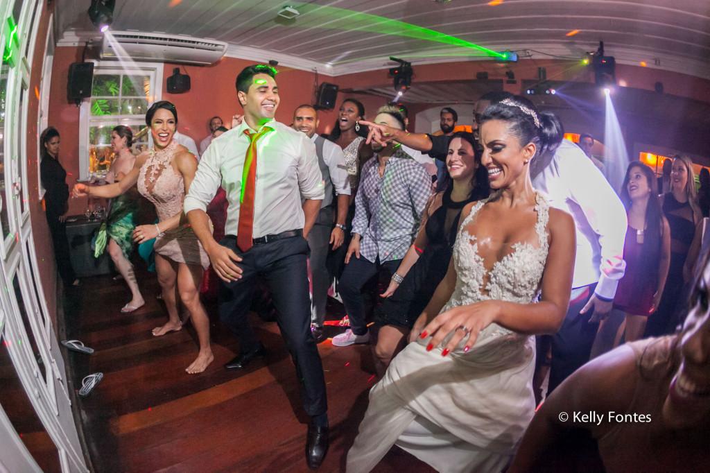 Fotografia festa de Casamento RJ pista de dança com os noivos e gracyane barbosa dancando