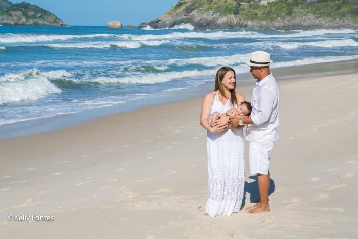 Fotografia de Família RJ na praia com Pietro por Kelly Fontes fotógrafa