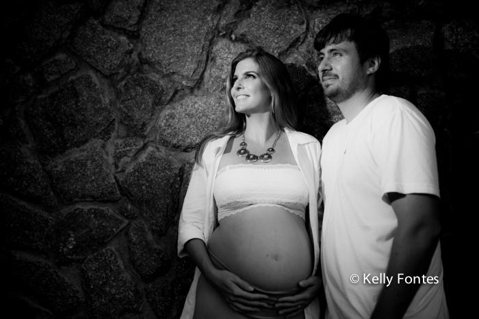 book gestante RJ fotografia da Andrea grávida do David com o marido nas pedras da praia
