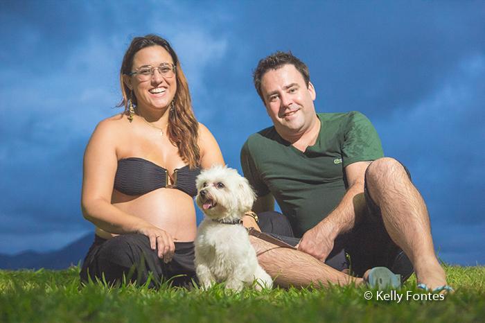 book gestante com o cachorro da família no ensaio de fotos por Kelly Fontes Fotografia