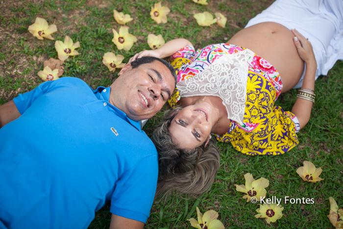 book gestante RJ fotos pai e gestante deitados na grama por Kelly Fontes Fotografia