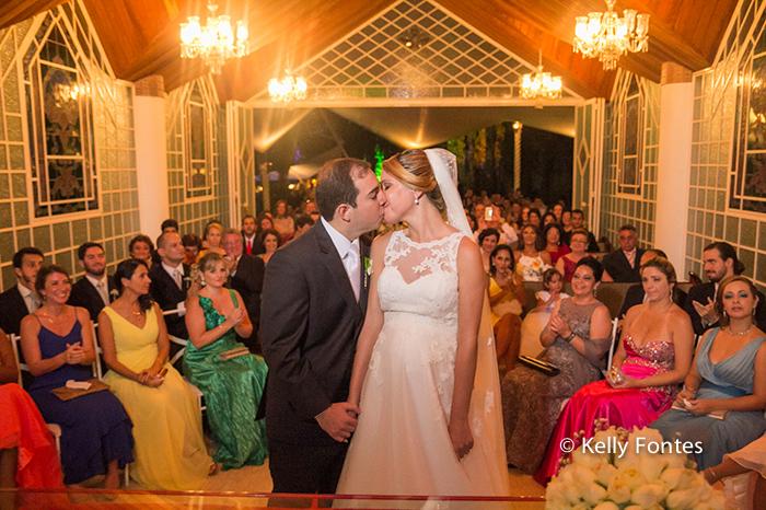Fotos Casamento RJ cerimonia beijo do pai na noiva Adriana por Kelly Fontes Fotografia