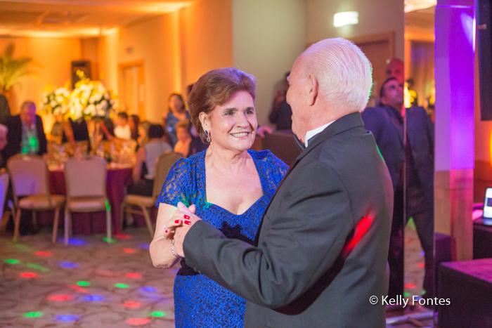 fotografia-festa-aniversario-RJ-80-anos-José-Windsor-Copacabana-casal-dança-por-Kelly-Fontes