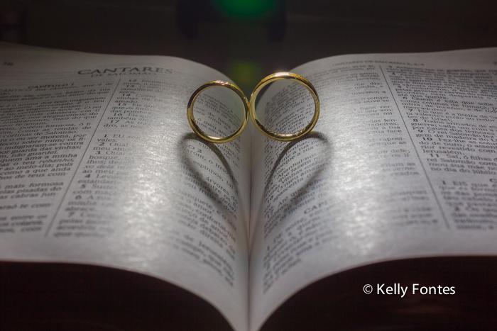 Fotografia Casamento RJ Bíblia com as alianças dos noivos sombra de coração por Kelly Fontes