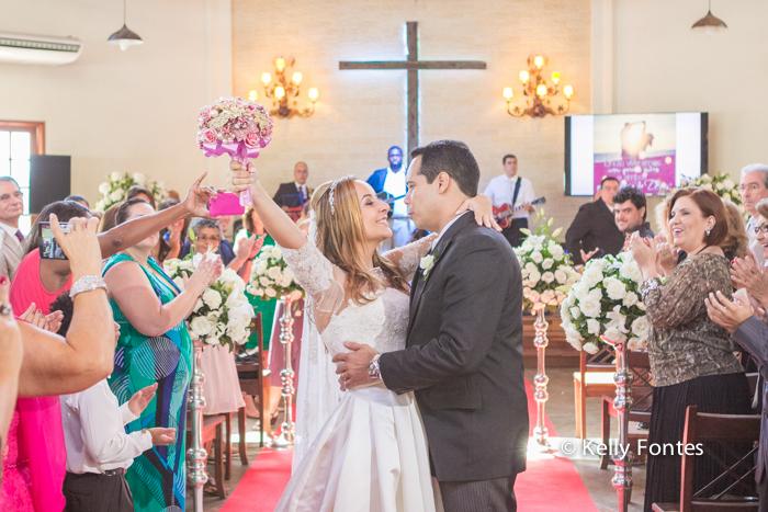 Fotografia Casamento RJ os noivos recém casados Igreja Jardim das Orações por Kelly Fontes Santa Teresa