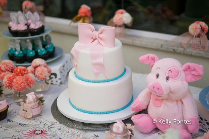 Foto cha de bebe RJ bolo branco com laço cor de rosa tema porquinho porquinha rosa