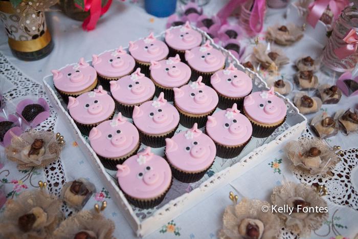 Foto cha de bebe RJ decoração mesa do bolo cor de rosa tema porquinho cupcake porquinha rosa fralda