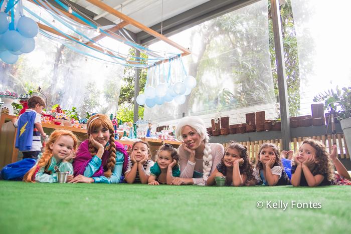 Fotografia festa infantil RJ - Os Vingadores e Frozen - Foto de criança deitada no chão, Na Moitta Itanhangá RJ