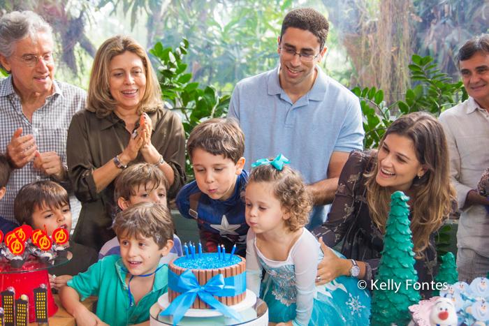 Fotografia festa infantil RJ - Os Vingadores e Frozen - Foto de criança na mesa do bolo cantando parabéns, Na Moitta Itanhangá RJ