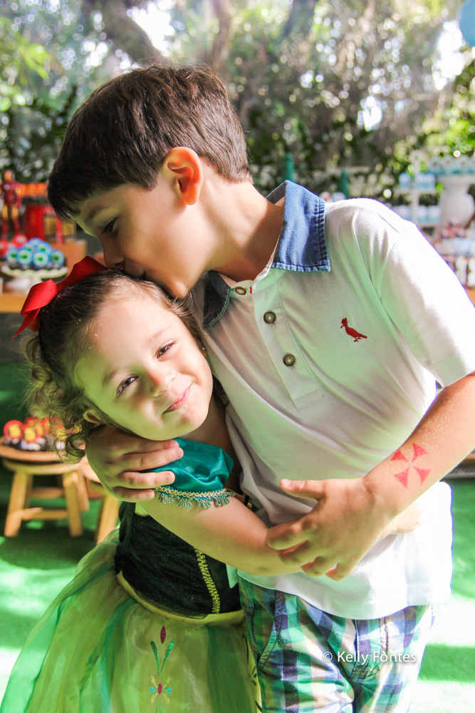 Fotografia festa infantil RJ - Os Vingadores e Frozen - Foto de família Na Moitta Itanhangá RJ