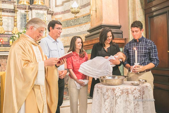 Fotografia Batizado RJ por Kelly Fontes Igreja Santo Inacio em Botafogo Batismo Thiago com família