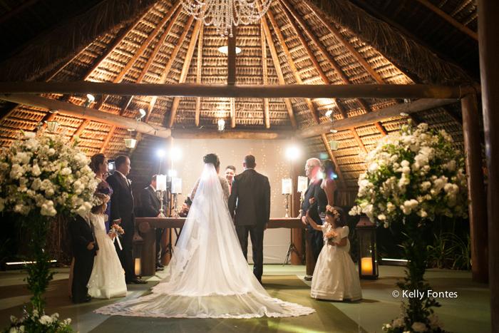 Fotografia Casamento RJ foto cerimonia religiosa altar com padre e familia por Kelly Fontes