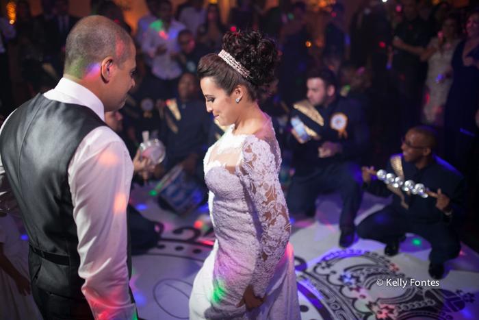 Fotografia Casamento RJ foto dança dos noivos na festa com escola de samba por Kelly Fontes