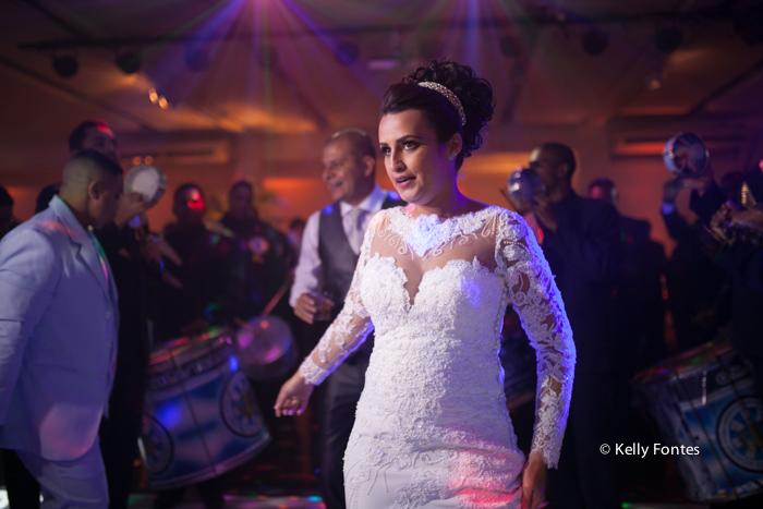 Fotografia Casamento RJ foto dança dos noivos na festa com escola de samba e mulatas sambando por Kelly Fontes