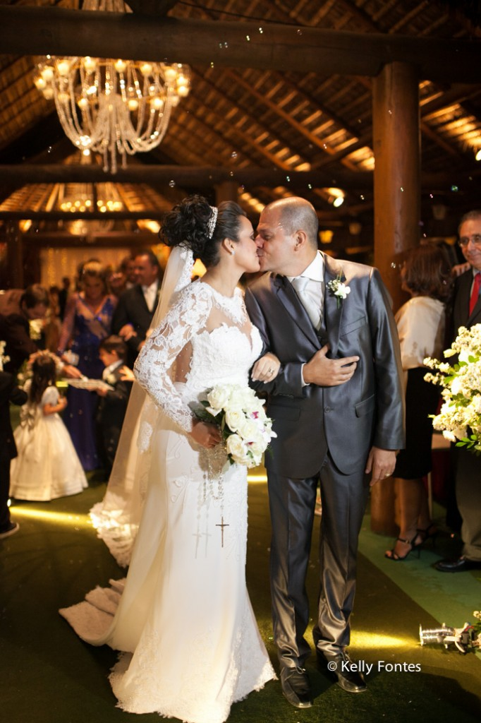 Fotografia Casamento RJ foto beijo dos noivos depois da cerimonia religiosa por Kelly Fontes