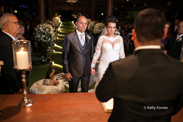 Fotografia Casamento RJ foto cerimonia religiosa altar com padre de dama por Kelly Fontes
