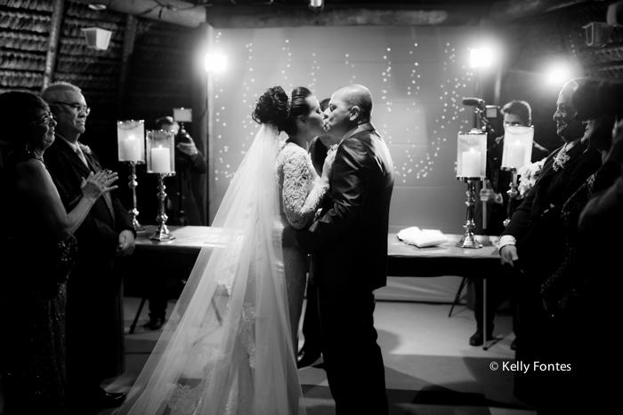 Fotografia Casamento RJ foto beijo dos noivos cerimonia religiosa altar com padre por Kelly Fontes