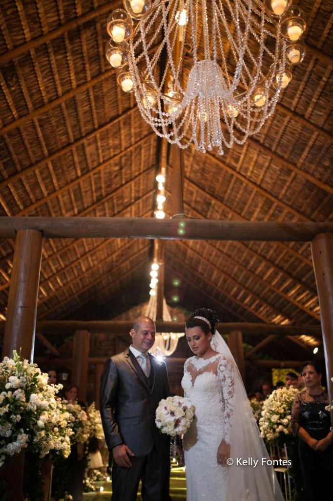 Fotografia Casamento RJ foto dos noivos cerimonia religiosa altar com padre por Kelly Fontes