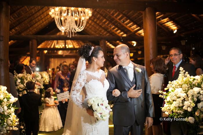 Fotografia Casamento RJ foto saida dos noivos cerimonia religiosa altar daminha por Kelly Fontes