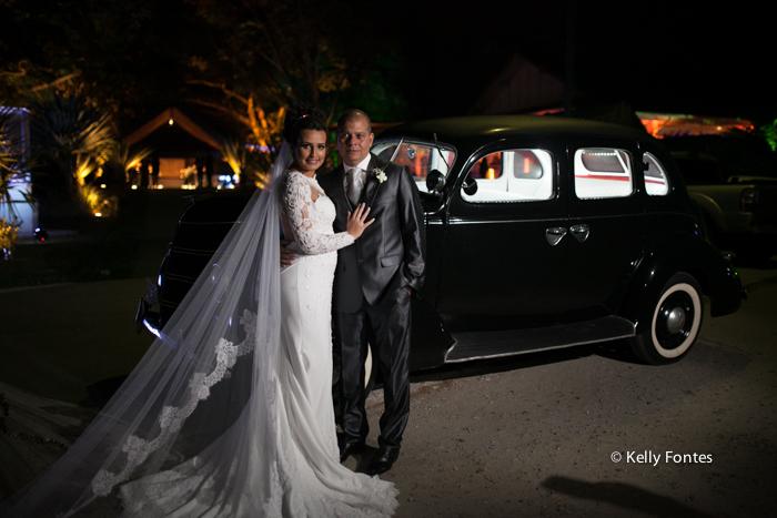 Fotografia Casamento RJ foto beijo ensaio dos noivos no carro apos a cerimonia religiosa por Kelly Fontes