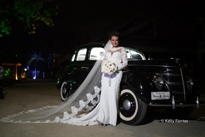 Fotografia Casamento RJ vestido de noiva buque foto no carro por Kelly Fontes