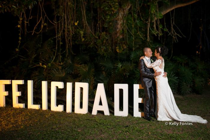Fotografia Casamento RJ foto beijo ensaio dos noivos apos a cerimonia religiosa por Kelly Fontes