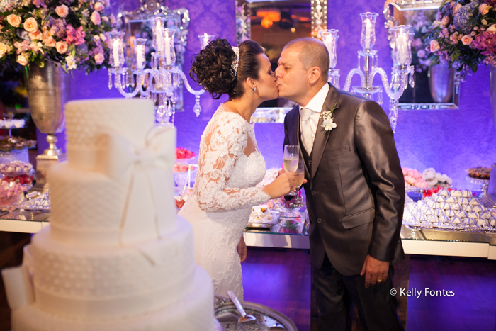 Fotografia Casamento RJ foto beijo ensaio dos noivos beijo na festa mesa do bolo brinde por Kelly Fontes