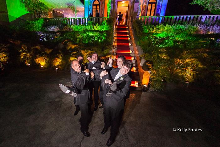 Fotografia Casamento RJ padrinhos com o noivo no colo jogando pro alto Igreja Nossa Senhora das Gracas Capela Botafogo por Kelly Fontesv