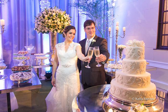 Fotografia Casamento RJ brinde dos noivos na mesa do bolo Igreja Nossa Senhora das Gracas Capela Botafogo por Kelly Fontes