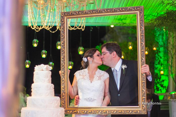 Fotografia Casamento RJ noivos na moldura de quadro Igreja Nossa Senhora das Gracas Capela Botafogo por Kelly Fontes