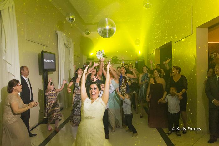 Fotografia Casamento RJ noiva jogando buque na pista de dança Igreja Nossa Senhora das Gracas Capela Botafogo por Kelly Fontes