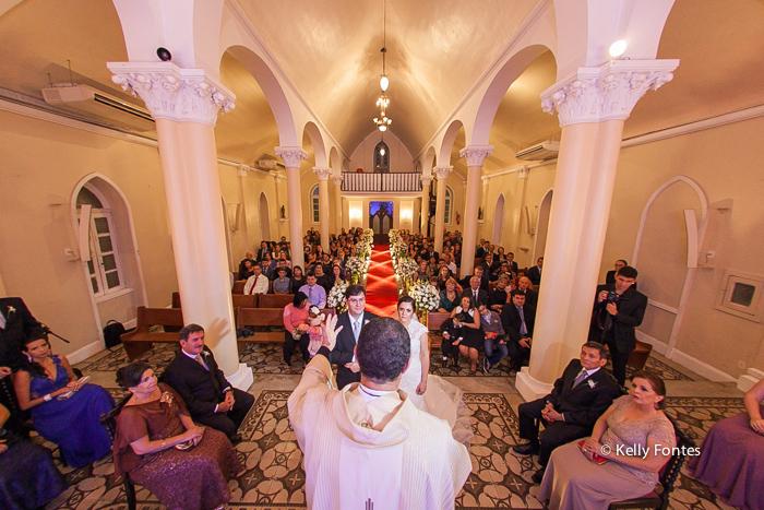 Fotografia Casamento RJ noivos e padre Igreja Nossa Senhora das Gracas Capela Botafogo por Kelly Fontes
