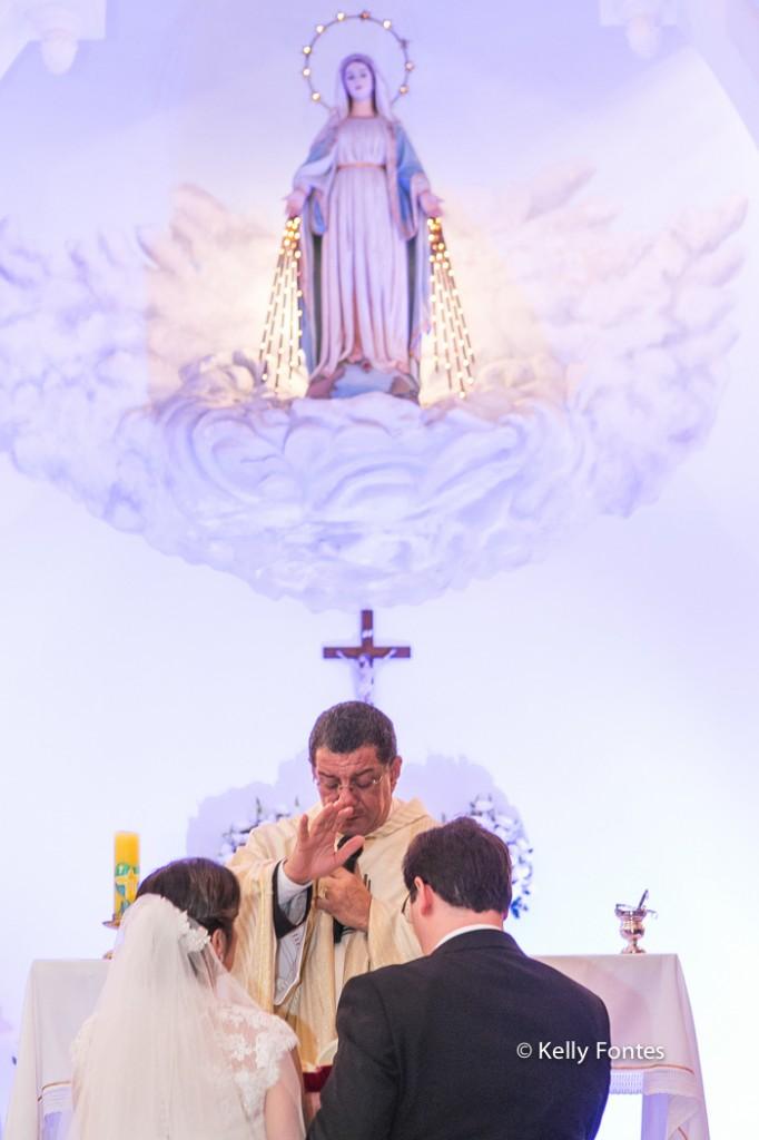 Fotografia Casamento RJ noivos e padre altar Igreja Nossa Senhora das Gracas Capela Botafogo por Kelly Fontes