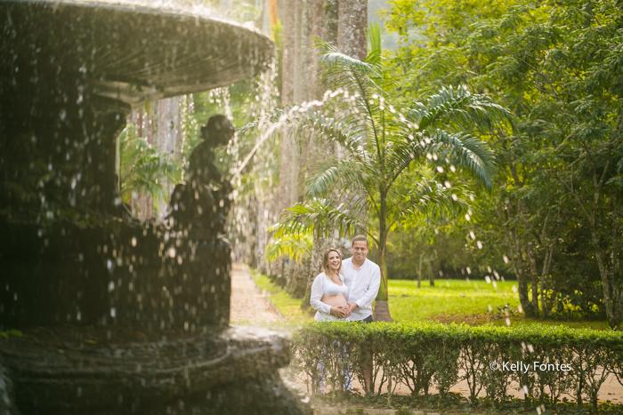 fotos gestante RJ Jardim Botanico book gravida Jana parque no chafariz com marido