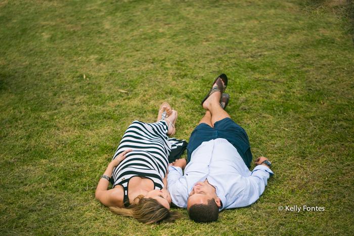 Book Gestante RJ Jardim Botanico Jana gravida com marido deitados na grama do parque