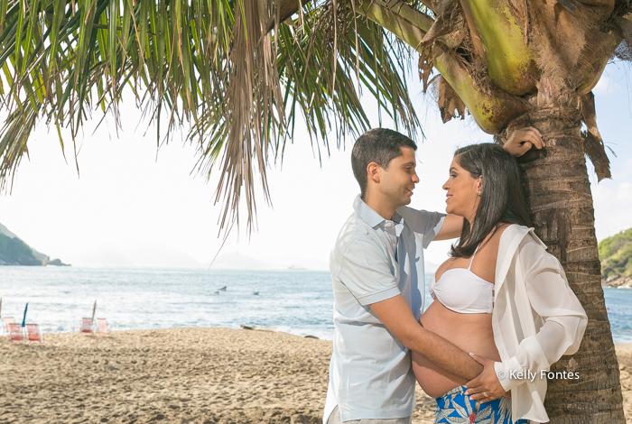 book gestante RJ Praia Vermelha Urca Carina Rio de Janeiro foto gravida abracada com marido na areia coqueiros